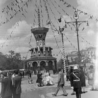 Esta original portada, conocida como la Torre de los Toreros por sus motivos de inspiración taurina, se construyó para conmemorar el I Centenario de la Feria. Bajo ella se encuentra la Fuente de las Cuatro Estaciones. 1948