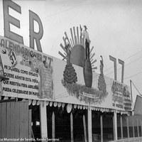 """Feria de 1943. La popular caseta de la peña Er 77, fundada por Luis Martínez, marqués de las Cabriolas, y su círculo de amigos, no admite """"ni siquiera como ensayo […] que nuestra feria abrileña pueda celebrarse en mayo""""."""