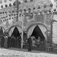 Animación en la caseta del Círculo Sevilla-Madrid durante una Feria de la década de 1940.