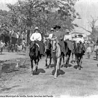 En la Feria de 1927 paseaban a caballo la infanta Luisa de Orleans y sus hijos Isabel Alfonsa, Dolores, Mercedes -madre del rey Juan Carlos I-, Carlos y Esperanza.