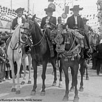 Concurso de caballistas en la Feria. Las damas premiadas lucieron trajes a la serrana, catite y chaquetillas bordadas. 1945 ca.