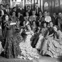 Baile por sevillanas en una caseta de la Feria de 1933. Caballeros encorbatados junto a las jóvenes vestidas de flamenca.
