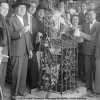"""Caseta Er 77. Los socios junto al famoso """"pozo del moyate"""" que les abastecía de vino a fuerza de garrucha y soga. A la derecha, Luis Martínez, marqués de las Cabriolas."""