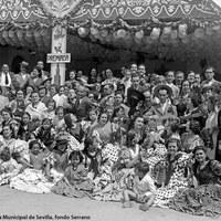 Caseta Nuestra Caseta. Numeroso grupo que quiso inmortalizarse ante esta caseta premiada en una Feria de la década de 1940.