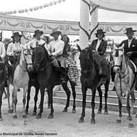 Parejas de caballistas posando en 1948 en la caseta que imitaba el Pabellón de Sevilla de la Exposición Iberoamericana de 1929.
