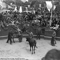 Una caseta singular fue la de José Cossío, Esta es, una de las atracciones del Real de la Feria por los festejos taurinos que se celebraban por las mañanas en su pequeña plaza de toros. 1946-1955