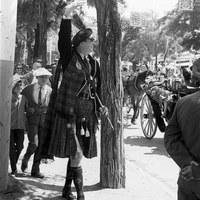 Pepe el escocés, personaje pintoresco, símbolo de la fascinación de la Feria entre los extranjeros, paseando por el Real. 1965