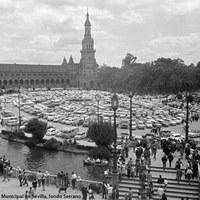Plaza de España. Con el aumento del nivel de vida y la irrupción masiva de las clases medias y populares en el Real, hubo que habilitar la plaza como aparcamiento de automóviles. 1968