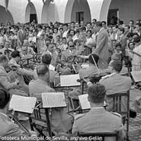 3. Inauguración de la plaza Virgen del Pilar en la barriada de La  Barzola (barriada Virgen de los Reyes). Actuación de la banda de música municipal. 19 de septiembre de 1954 ©ICAS-SAHP, Fototeca Municipal de Sevilla, archivo Gelán
