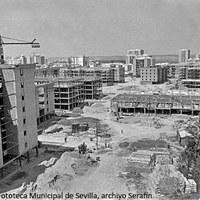 9. Barriada Santa María del Trabajo. Vista cenital desde los edificios en construcción. Bloques de cinco y siete plantas.  1969 ca. ©ICAS-SAHP, Fototeca Municipal de Sevilla, archivo Serafín