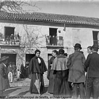 12. Grupo de hombres y mujeres de la familia Duggi ante la casa n. 35 del barrio de la Macarena. 1896 ©ICAS-SAHP, Fototeca Municipal de Sevilla, archivo Caparró