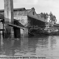 17. Inundación de una fábrica de corcho.   ©ICAS-SAHP, Fototeca Municipal de Sevilla, archivo Serrano