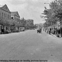 21. Calle María Auxiliadora. Vista hacia la Puerta del Osario. Naves industriales a la izquierda. Década 1960 ©ICAS-SAHP, Fototeca Municipal de Sevilla, archivo Serrano