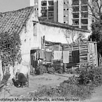 27. Venta de los Gatos en la avenida Sánchez Pizjuán. Detrás bloque de viviendas del núcleo residencial Las Golondrinas. 1970 ©ICAS-SAHP, Fototeca Municipal de Sevilla, archivo Serrano