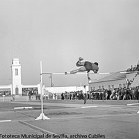 29. Estadio Universitario de la Macarena. Prueba de salto de altura. 1958 ©ICAS-SAHP, Fototeca Municipal de Sevilla, archivo Cubiles