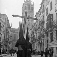6. Cruz de Guía de la Hermandad de Santa Cruz por la calle Mateos Gago. ca. 1940  ©ICAS-SAHP, Fototeca Municipal de Sevilla, fondo Serrano
