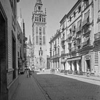 7. Calle Mateos Gago hacia la plaza Virgen de los Reyes. A la derecha, el célebre Bar Giralda. ca. 1953  ©ICAS-SAHP, Fototeca Municipal de Sevilla, fondo Serrano