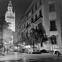 8. Calle Mateos Gago. Una pancarta recuerda la celebración del Día del Seminario. Marzo de 1962 ©ICAS-SAHP, Fototeca Municipal de Sevilla, fondo Manuel de Arcos