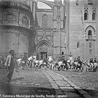 12. Desfile de tropas a caballo por la plaza Virgen de los Reyes ante la Puerta de Palos de la Catedral. 1893 ©ICAS-SAHP, Fototeca Municipal de Sevilla, fondo Caparró