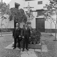 15. Los hermanos Joaquín y Serafín Álvarez Quintero en la plaza de Santa Marta. 1929 ©ICAS-SAHP, Fototeca Municipal de Sevilla, fondo Serrano