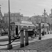 17. Plaza Virgen de los Reyes. Tranvía en dirección a la calle Placentines. ca. 1958  ©ICAS-SAHP, Fototeca Municipal de Sevilla, fondo Serrano