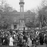 22. Festividad de la Inmaculada. Concentración ante el monumento en la plaza del Triunfo. 1968 ©ICAS-SAHP, Fototeca Municipal de Sevilla, fondo Gelán