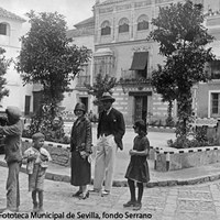 25. Los actores norteamericanos Douglas Fairbanks y Mary Pickford de turismo en la plaza de Doña Elvira. 1924 ©ICAS-SAHP, Fototeca Municipal de Sevilla, fondo Serrano