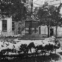 28. Plaza de Santa Cruz. La Cruz de la Cerrajería durante la nevada de 1954. ©ICAS-SAHP, Fototeca Municipal de Sevilla, fondo Serrano