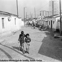 12. Barriada de La Dársena, 1977. Fue derribada en 1977 tras haber sufrido un fuerte temporal que asoló la mayoría de las precarias viviendas. Esta inestabilidad y la especulación inmobiliaria hicieron que los vecinos tuvieran que abandonar sus viviendas para ser trasladados a las nuevas construcciones en el Polígono Sur.   ©ICAS-SAHP. Fototeca Municipal de Sevilla, fondo Gelán
