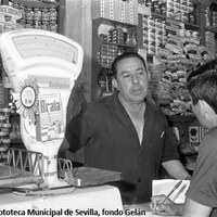 29. Vecinos comerciantes en el Barrio León. 1966.   ©ICAS-SAHP. Fototeca Municipal de Sevilla, fondo Gelán