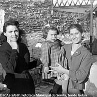 30.Vecinas de La Dársena. 1957.   ©ICAS-SAHP. Fototeca Municipal de Sevilla, fondo Gelán
