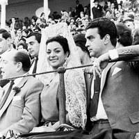 Lola Flores y su marido, Antonio González, en la barrera de la Real Maestranza. 1962  ©ICAS-SAHP, Fototeca Municipal de Sevilla, fondo Cubiles
