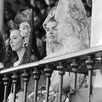 Jacqueline Kennedy, viuda del presidente de EEUU, en un palco de la Real Maestranza acompañada de la duquesa de Alba y la condesa de Romanones. 1966 ©ICAS-SAHP, Fototeca Municipal de Sevilla, fondo Gelán