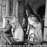 Los Príncipes de España, Juan Carlos y Sofía en la Plaza de la Real Maestranza. 1968 ©ICAS-SAHP, Fototeca Municipal de Sevilla, fondo Serrano