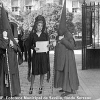 La duquesa de Montoro, Cayetana Fizt-James Stuart entrega un ramo de flores a la Hermandad de la Exaltación a la entrada del Palacio de Las Dueñas. 1944 ©ICAS-SAHP, Fototeca Municipal de Sevilla, fondo Serrano