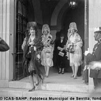 La reina Victoria Eugenia y las infantas Beatriz y Cristina a la salida de un festejo en la plaza de toros de la Real  Maestranza.1930 ©ICAS-SAHP, Fototeca Municipal de Sevilla, fondo Serrano