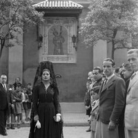 Juanita Reina en la plaza de San Lorenzo tras la visita a Jesús del Gran Poder. 1943  ©ICAS-SAHP, Fototeca Municipal de Sevilla, fondo Serrano