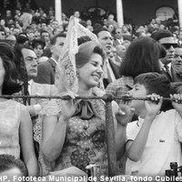 Cayetana, duquesa de Alba y su hijo Jacobo en la barrera de la Real Maestranza. 1964  ©ICAS-SAHP, Fototeca Municipal de Sevilla, fondo Cubiles