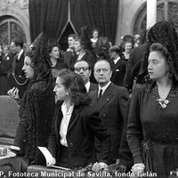 Mantillas en los palcos de Plaza de San Francisco el Jueves Santo. 1945 ©ICAS-SAHP, Fototeca Municipal de Sevilla, fondo Gelán