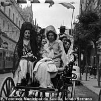 Camino de los toros por la Avenida. 1946  ©ICAS-SAHP, Fototeca Municipal de Sevilla, fondo Serrano