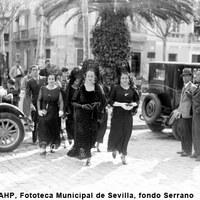 Señoras de mantilla en la plaza de San Lorenzo. 1929-1930 ©ICAS-SAHP, Fototeca Municipal de Sevilla, fondo Serrano
