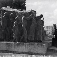 La bailaora de flamenco Custodia Romero ante el mausoleo del torero Joselito, en el cementerio de San Fernando con motivo del Día de los Difuntos. 1931  ©ICAS-SAHP, Fototeca Municipal de Sevilla, fondo Serrano