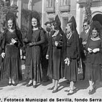 Visita a los Sagrarios en Jueves Santo. Grupo de mujeres con mantilla en la plaza de San Lorenzo. 1931 ©ICAS-SAHP, Fototeca Municipal de Sevilla, fondo Serrano