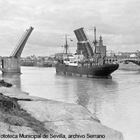 Vista del puente de San Telmo, con los tramos móviles abiertos, desde la margen derecha del río Guadalquivir. 1931 ©ICAS-SAHP, Fototeca Municipal de Sevilla, archivo Serrano