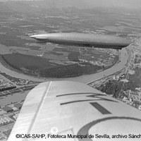 El dirigible Graf Zeppelin sobrevuela el recinto de la Exposición Iberoamericana de 1929 y los terrenos de Los Remedios. 1930 ©ICAS-SAHP, Fototeca Municipal de Sevilla, archivo Sánchez del Pando