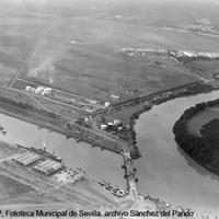 Vista aérea de la Corta de Tablada, el meandro de la Punta de Los Remedios, el puente de Alfonso XIII, los depósitos de CAMPSA y la base militar de Tablada.  Ca. 1926 ©ICAS-SAHP, Fototeca Municipal de Sevilla, archivo Sánchez del Pando