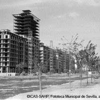 Avenida de la República Argentina. Torre de Los Remedios en construcción. 1957 ©ICAS-SAHP, Fototeca Municipal de Sevilla, archivo Serrano