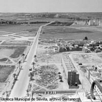 Vista desde la Torre de Los Remedios. Último tramo de la avenida República Argentina sin urbanizar y camino de San Juan. Ca. 1958 ©ICAS-SAHP, Fototeca Municipal de Sevilla, archivo Serrano