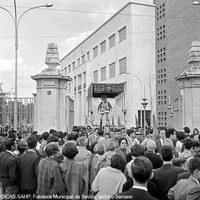 Primera salida de la Hermandad de las Cigarreras desde la nueva capilla de la fábrica de tabacos en Los Remedios. 1966 ©ICAS-SAHP, Fototeca Municipal de Sevilla, archivo Serrano