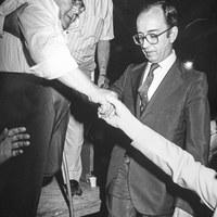 10.- El alcalde Manuel del Valle en la inauguración de la velá de San Juan de la Palma, que corrió a cargo del bailaor Enrique el Cojo. 23 de junio de 1983 ©ICAS-SAHP, Fototeca Municipal de Sevilla, fondo Alcaldía de Sevilla